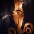 Tangenze, contesti, usi, costumi. Rita Aspetti.Un antico detto dice che «l'abito non fa il monaco» e come azzardarsi a dire il contrario? Cosa succede quando a mancare è proprio il monaco? Uno sguardo veloce dato alla 54° Biennale d'Arte di Venezia del 2011 ci fa' notare che alcuni artisti hanno […]