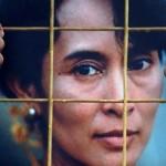 Un attivista mostra un ritratto di San Suu Kyi courtesy La Stampa