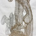 Paola Pluchino.Nato a Sendai, nella prefettura di Miyagi, in Giappone si trasferisce a Venezia a 29 anni dove comincia la sua attività di scultore. Oggi, a distanza di trent'anni, si racconta. Il modus operandi Sculture, disegni, incisioni, reti come scheletri corporei; ferro, rame, materiali che contribuiscono a creare l'aura del […]