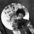 """Federica Melis.""""Era socialista, femminista, critica cinematografica, ma soprattutto una persona diretta ed esplicita. Imparò l'inglese andando a teatro. Vestiva con giacche e pantaloni da uomo e portava sempre un largo cappello. Scattava sempre fotografie che però non mostrava mai a nessuno"""". Così è descritta Vivian Maier dai tre ragazzi di […]"""