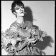 Martina Bollini.Varcata la soglia di questa piccola galleria bolognese, ci si trova di fronte ad una parete interamente ricoperta dai 33 e dai 45 giri usciti nell'arco della carriera di David Bowie. Al centro, si staglia una delle immagini più iconiche dell'artista, scattata da Brian Duffy per la copertina di […]